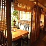 韓国格子・暖簾で仕切られたプライベート空間。木の暖かみと窓から望むテラス席・緑で心行くまで寛げる。