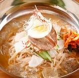 【冷麺】焼肉〆の定番。期待を裏切らない麺のコシとまろやかなスープ。