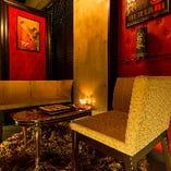 ラグジュアリーな雰囲気のソファー席はデートや女子会に最適