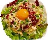馬赤身肉とやんばる鶏のユッケサラダ
