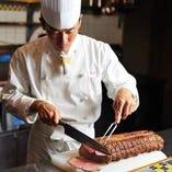 シェフおすすめの ホテル特製ローストビーフは絶品!