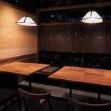 2-4名様でゆったりテーブル席。片側はベンチタイプの席です。