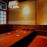 接待などにもご利用して頂ける、【半個室席】を1席ご用意しております。4-6名様でご利用可能。※少し狭くはなりますが、7名様でもご案内可能です。
