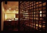 店内は落ち着いた雰囲気でお酒や料理が楽しめます。