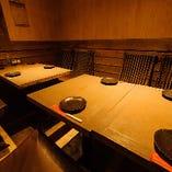 カウンター席とお座敷席との間にある、3方を壁に囲まれた隠れ部屋のようなテーブル個室です。