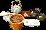 名物お櫃うなぎ茶漬は三つの味が楽しめます 。一杯目はそのままうな丼風に、二杯目は薬味をのせてそのまま、三杯目は薬味をのせてお茶漬けでお召し上がりください。