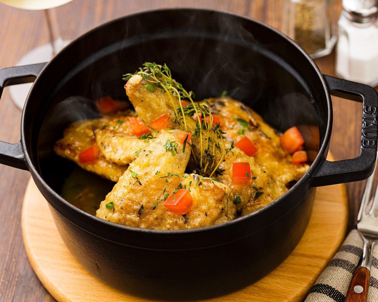 しっかりと煮込まれたふもと赤鶏は、柔らかくほろほろ。