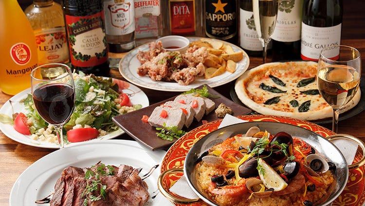 彩り豊かな魚介のパエリアなど人気料理で仕立てるコース