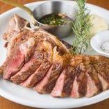 シェアして食べるLボーンステーキなど肉料理多数