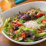 女性に嬉しいお野菜たっぷりのシーザーサラダです。 温泉たまごを割って混ぜてお召し上がりいただくと滑らかな味わいになり、カリカリのベーコンが更に味を引き立てる一品です。