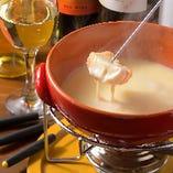 女性に大人気♪食べ飲み放題にも含まれるチーズフォンデュ。とろ~り蕩ける濃厚なチーズはネアルコのオリジナルブレンド。バケットが20個付いているので、たっぷりお楽しみいただけます。