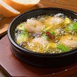 ぐつぐつと煮え立つガーリックオイルが食欲をそそるアヒージョ。3種類ご用意する中で、大きな海老とアボカドがゴロゴロと入ったアヒージョは一番人気。