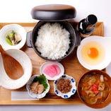 お好みのごはんが選べる定食スタイル!