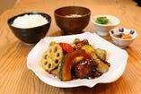 ごろごろ野菜と鶏肉の玄米黒酢あん膳