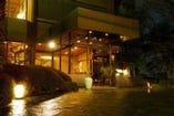 路地灯の明りが皆様を日本料理の世界へお招きします