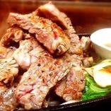 鉄板で焼くお肉は絶品です!