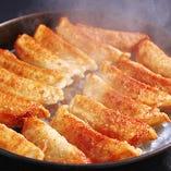 月2万個以上を販売するごきげんえびす人気商品『博多鉄鍋餃子』ジュワッと溢れる肉汁に注意