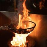 豪快に、備長炭で火を上げて焼くゴロ焼きは当店の名物料理!