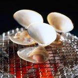 旬のハマグリの炭火焼やサザエのウニつぼ焼き人気です。