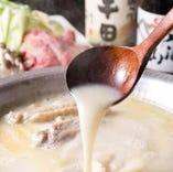 じっくり煮込んだ水炊きのスープを使ったトマト鍋、辛炊き鍋