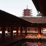 """""""厳島神社""""現在の神殿の最初は1168年ごろ平清盛が造りました。海に浮かぶ本殿、拝殿、回廊は世界に比類ない平安時代の日本神殿建築の美を今に伝えています。現在は世界遺産にも登録され多くの人をひきつけています。"""