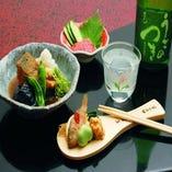 広島市場から直送される新鮮な魚を使った郷土料理、逸品料理と芳醇な香りの広島の銘酒をお楽しみ下さい。