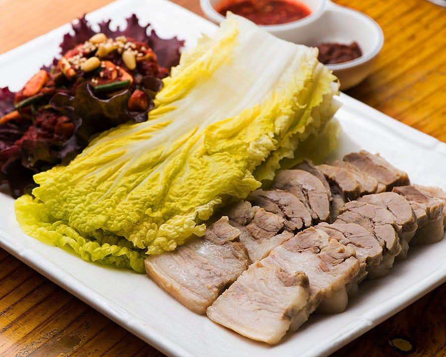 オムニボッサムは蒸し豚と特製キムチを 白菜にまいて楽しく召上がれ♪