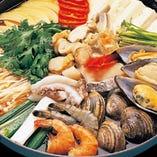 海鮮鍋(2~3人前)3,000円(タラ、えび、イカ、カキ、カニ、ハマグリ、帆立、ムール貝、小ホヤ、豆腐入り)