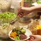 新鮮野菜をふんだんに盛り込んだサラダ付ランチが人気