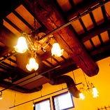 天井の梁や柱に見られるレトロな風合いと、モダンな雰囲気が調和した空間