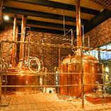 お店入口すぐの醸造所で、ビール作りの風景が眺められるのも当店の魅力