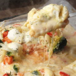 サーモンとモッツァレラチーズのホワイトソースペンネ