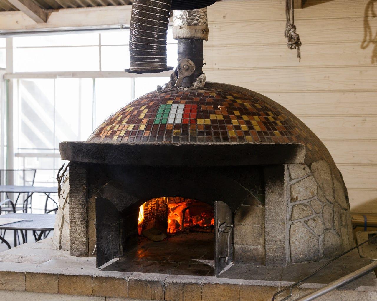 本格的な石釜で焼くピザ!