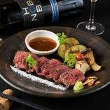 [肉料理も豊富] 赤身肉のステーキや黒毛和牛の溶岩焼きなど