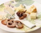 チーズは青・白・山羊・ハード・ウォッシュとパンで盛り合わせ。
