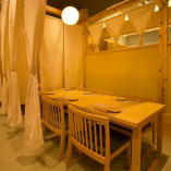 自慢の鶏料理と厳選地酒を堪能するゆったり寛ぎの和風テーブル席