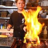豪快な炎で焼き上げる!地鶏炙り焼きは絶品