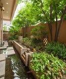 1・2階全室が水庭に接しております。