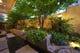 夜の水庭はライトアップされ昼間とは違う風情をかもしだします。