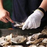 名物の牡蠣の蒸し焼き!スタッフが調理しますので苦手な方も安心