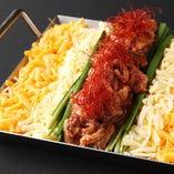 赤辛~黒毛和牛の牛スジ鉄板チーズとろ肉鍋(2~3人前)