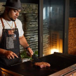 各ご宴会にはお肉を知り抜く「焼方」が付き、調理を担当します