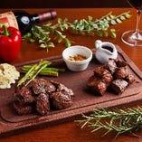 赤身の深い旨味を楽しむ名物「チャックリブステーキ」
