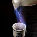 ヒレ酒に使用する日本酒は店長厳選。火をつけてご提供します!