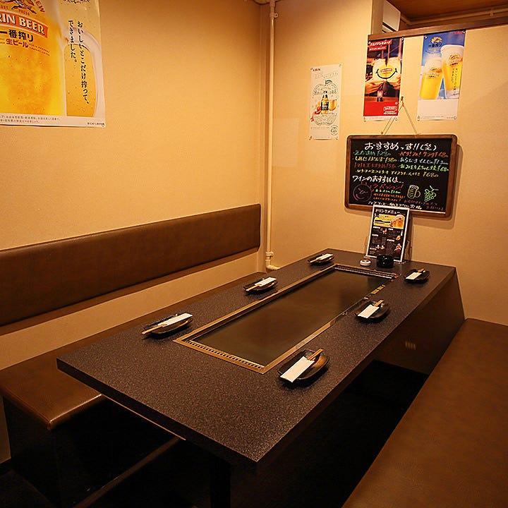 鉄板を囲んでワイワイ過ごす完全個室