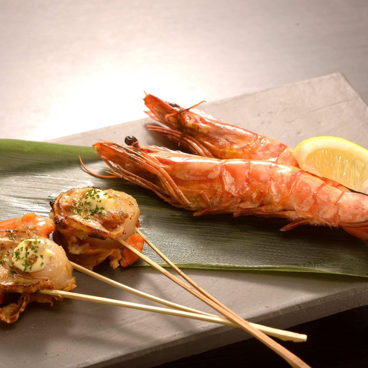 魚介の串焼きも人気!炭の豊かな香りと共に味わってください