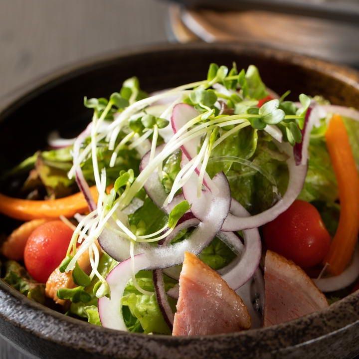 美しい彩の合鴨のサラダは全国から取り寄せたカラフル野菜で!