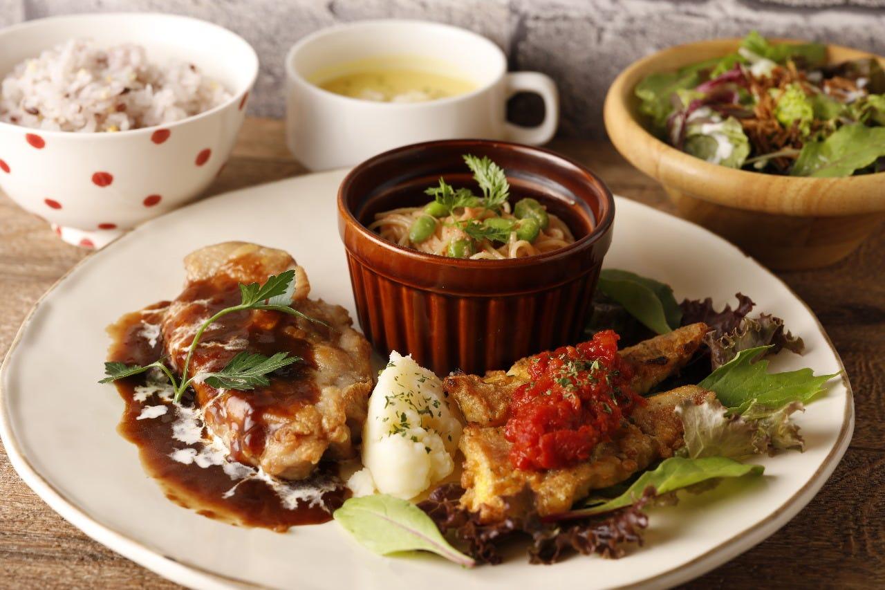 月替わり「肉料理と魚料理のコンビプレート」