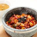 鶏もも肉と野菜を辛味の効いたソースで炒めた石焼どんぶりです。