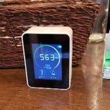 店内にCO2センサーを設置し、適切な換気を行っております。